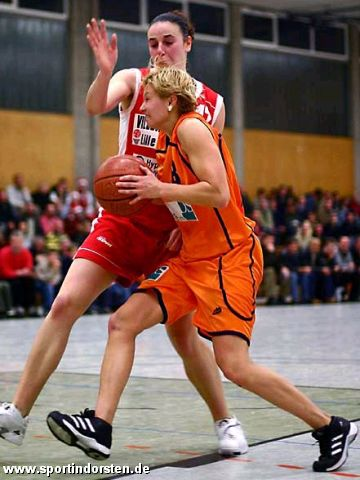 Dorsten's Mirka Jarchovská attacks the Lille defense