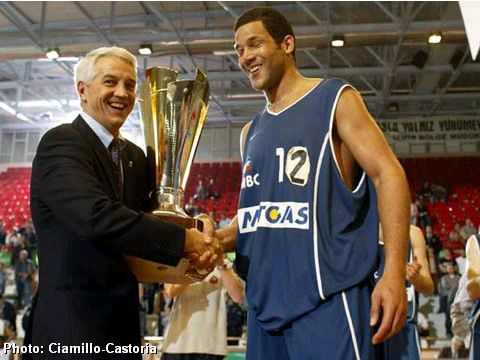 FIBA Europe Executive Director Nar Zanolin presents the trophy to MBC's captain Stephen Arigbabu