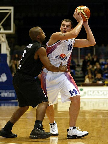 Ruslan Avleev (Ural Great) guarded by Bamberg's Derrick Taylor