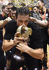 Partizan captain Joffrey Lauvergne with the Serbian League trophy (photo: Nenad Negovanovic/kkpartizan.rs)