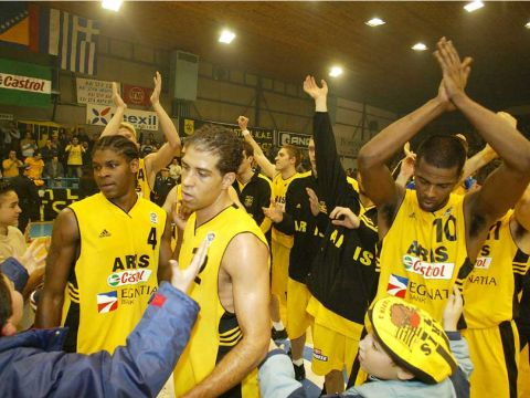 Aris Thessaloniki celebrate their series victory over Anwil Wloclawek