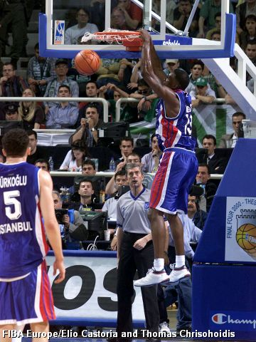Efes Pilsen's Kareem Reid dunks at the 2000 EuroLeague Final Four in Thessaloniki