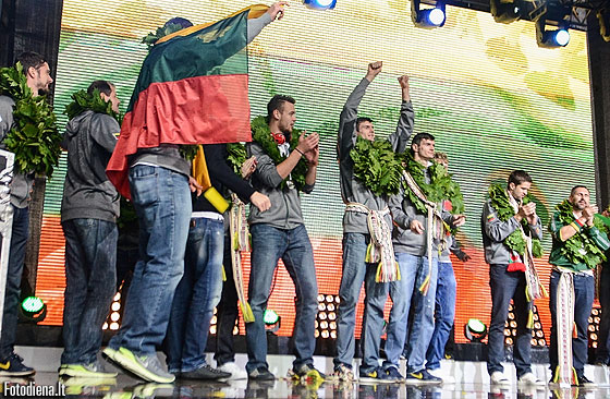 Lithuanian players are welcomed back to Lithuania by hoardes of fans on 22 September