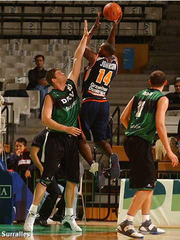 Kevin Johnson (BCM Gravelines Dunkerque) shoots over Badalona's Robert Archibald