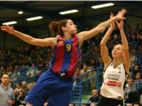 Laia Palau (Barcelona) comes one step too late as Vedrana Grgin Fonseca (Bourges) has already released her shot.