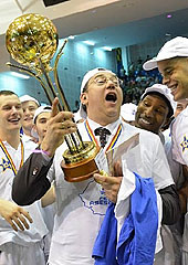 Ploiesti head coach Vladimir Arnautovic lifting the Romanian championship trophy (photo: Mirela Oprea)