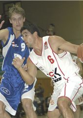 Jason Lee Perez (Würzburg) is searching for a way to Brno's basket. Jiri Cernosek is trying to stop him.