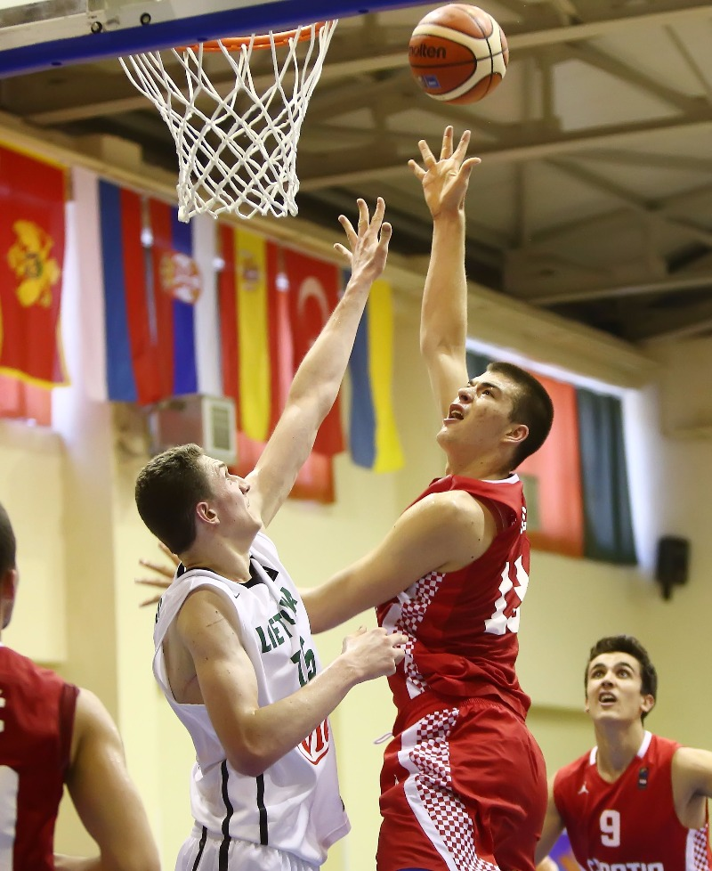 11. Vasileios Charalampopoulos (Red), 15. Ivica Zubac (Red)