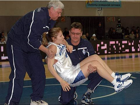 Alexandra Latysheva (DYNAMO MOSCOW) is helped off the court after picking up an injury against Wisla Krakow in the 2005 EuroLeague Women play-offs
