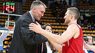 FIBA Europe Secretary General Kamil Novak congratulates Rimantas Kaukenas on the title