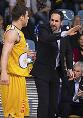 Christopher Kramer (EWE Baskets) takes instructions from Sebastian Machowski
