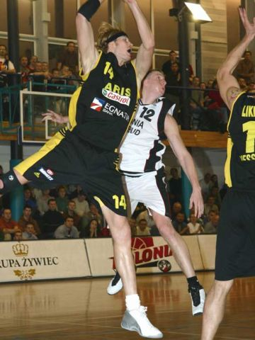 Aris' Ryan Stack and Polonia's Michal Hlebowicki