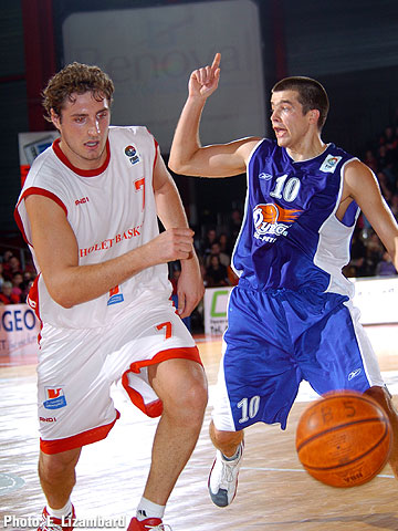 Olivier Bardet (Cholet Basket, left) and Damir Miljkovic (Dynamo St. Petersburg)