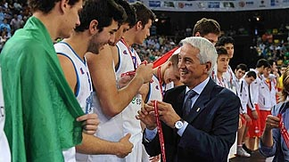 Italy receiving silver medal from FIBA Europe Secretary General Nar Zanolin