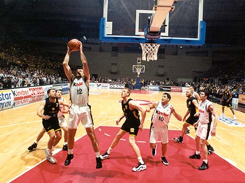 Kinder Bologna's Zoran Savic clears the boards at the 1998 EuroLeague Final Four in Barcelona