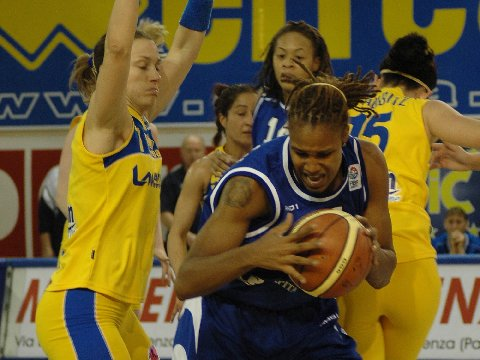 Claudia Corbani (Lavezzini) and Rebekkah Brunson (Dynamo)