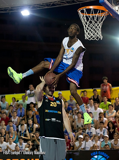 Justin Darlington of the USA wins the Slam Dunk title with this jam over legendary Jorge Garbajosa