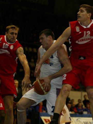 Ksistof Lavrinovic battles for the ball against Virginijus Praskevicius and Matan Naor