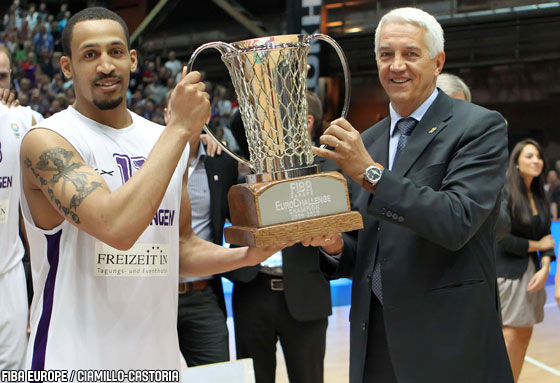 Göttingen are presented with the EuroChallenge 2010 trophy by FIBA Europe Secretary General Nar Zanolin