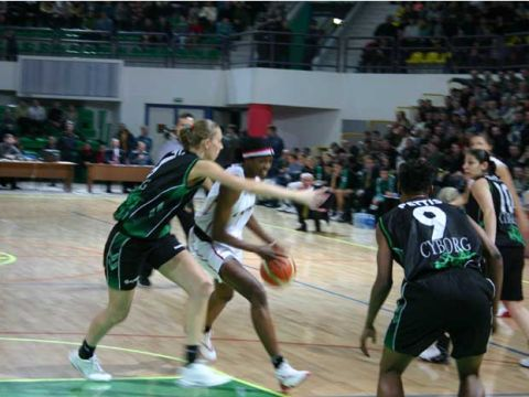 DeLisha Milton takes the ball into the heart of the Chieti defense