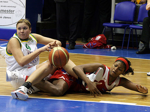 Olexandra Gorbunova (MKB Euroleasing Sopron, left) and Demya Walker (CSKA Volgaburmash)