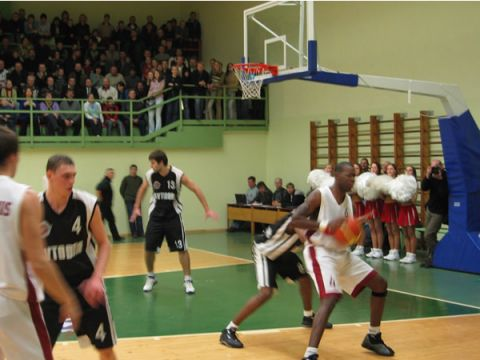 Ronell Mingo (Valmiera) tries to score against Avator