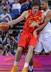 Pau Gasol goes up against Tyson Chandler in the London Olympics final - 2012, Spain