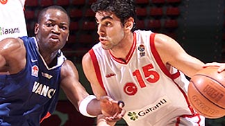 Hakan Demirel (Turkey) guarded by Michael Mokongo
