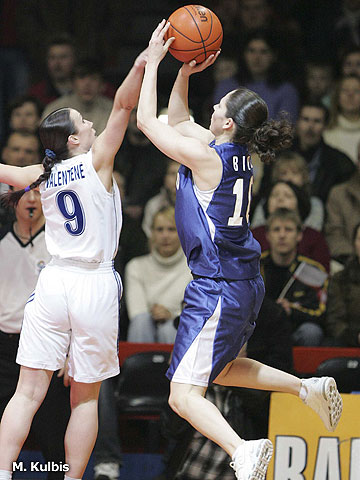 Rima Valentiene (Lietuvos, left) trying to block a shot of Sue Bird (Dynamo)