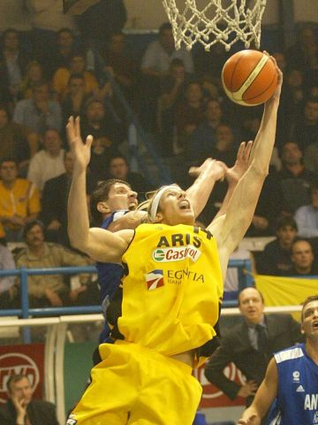 Aris center Ryan Stack battles for the rebound against Anwil