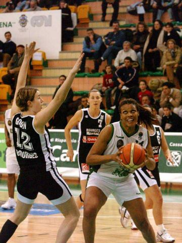 Bourges center Elodie Godin is a step slow on this move from Kelly da Santos