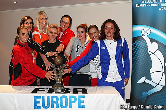 Becky Hammon, Raffaela Masciadri, Maria Stepanova, Isil Alben, Ewelina Kobryn, Olcay Cakir, Clara Bermejo Morena and Laia Palau with the EuroLeague Women trophy