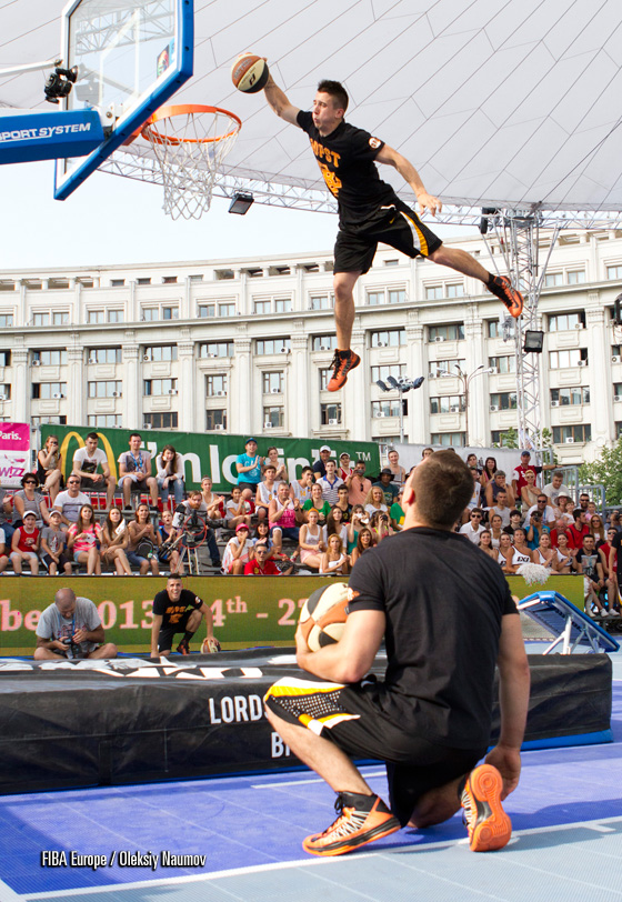 Lords of Gravity entertained the crowd during the Bucharest event. Their spectacular dunks proved to be extremely dangerous, as one of the crew severely injured his neck and required air ambulance to Budapest for an immediate surgery.