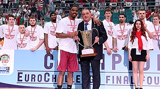Aaron Miles and FIBA Europe Vice President Cyriel Coomans with the EuroChallenge trophy
