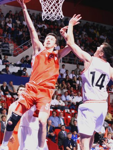 Hidayet Turkoglu (TUR) going for a lay-up against Kamil Novak (CZE) at EuroBasket 1999