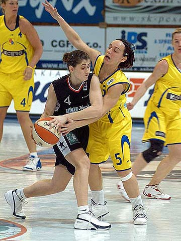 Zsófia Fegyverneky (Mizo-Pécsi VSK) on the left