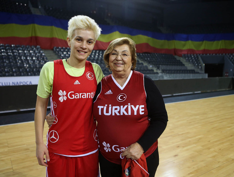 Isil Alben with former Turkish national team player Alev Gökce (photo: Ahmet Tokyay)