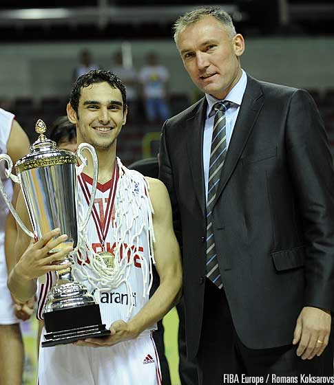 Kartal Özmizrak (Turkey) and FIBA Europe Secretary General Kamil Novak