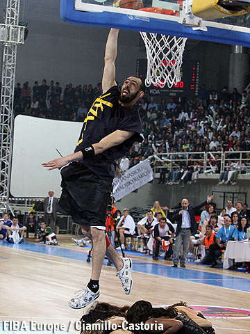 Kadour Ziani during the dunking contest