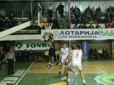 Victor King (Fenerbahce) is scoring two points with a layer