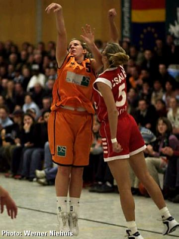 Isabelle Grenier (Dorsten) has to use her elbow to get a good shot over Andrea Szakállné (Miscolc)