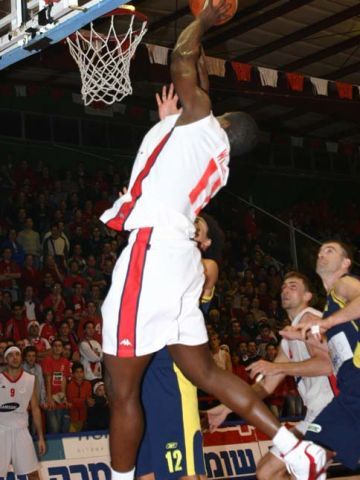 The crowd on the court is fascinated by Michael Wright's (Hapoel) action
