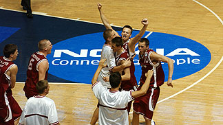 Latvian players celebrating after their 81-75 win over Greece
