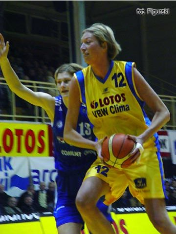 Malgorzata Dydek had 19 points and 11 rebounds for Lotos VBW Clima