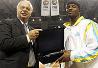 FIBA Europe President George Vassilakopoulos present the MVP trophy to Shammond Williams