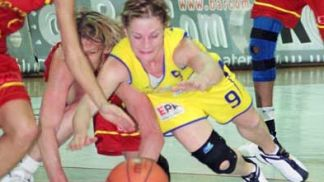 Slavka Frniakova gives everything to get the ball