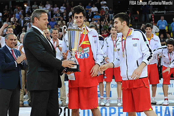 Joan Sastre and Josep Franch receiving the U20 Trophy from FIBA Europe President Olafur Rafnsson