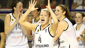 Lea Mersch and the rest of the German squad celebrating their victory against Italy