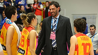 Laura Nicholls, Amaya Valdemoro and Elisa Aguilar with former Spanish international Jorge Garbajosa