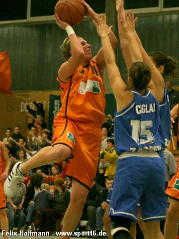 Nicole Johnson (Dorsten) with a nice jumper against Zagreb's Iva Ciglar